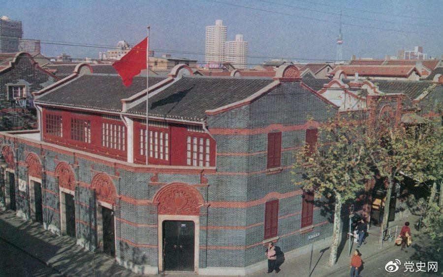 1921年7月23日 中国共产党第一次全国代表大会在上海法租界望志路106号(今兴业路76号)开幕。最后一天的会议转移到浙江嘉兴南湖的游船上举行。 图为中共一大会址。