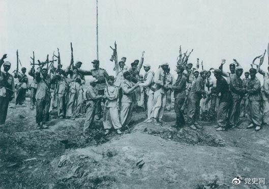 1953年7月28日,朝鲜人民军来到志愿军阵地上,互相祝贺、共同欢呼抗美斗争的伟大胜利。