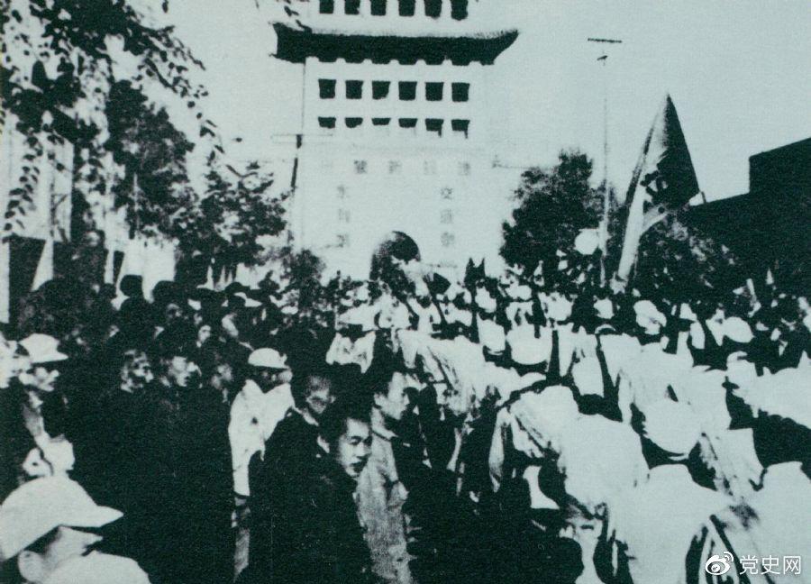 1949年8月,兰州解放。图为第一野战军开进兰州市区。