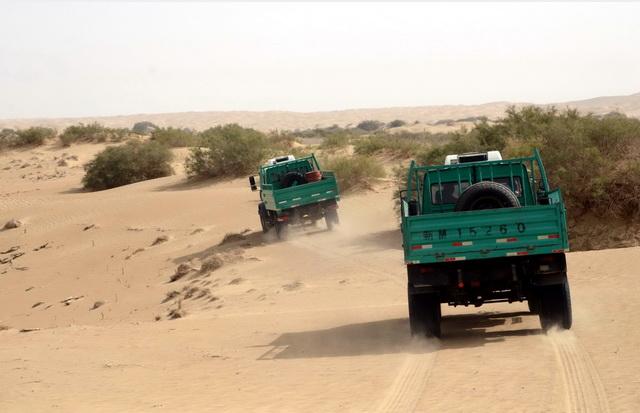 第一财经记者乘坐油田的运输车辆进入塔克拉玛干沙漠腹地。摄影/章轲