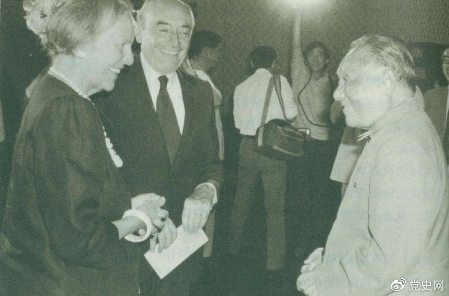 1987年8月29日,邓小平在会见意大利共产党领导人约蒂和赞盖里时指出,中国处在社会主义初级阶段。