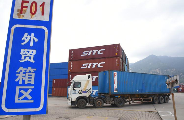 图说:2021年9月7日,江苏连云港集装箱码头,一批集装箱正在装船。(图源:视觉中国)_副本.jpg