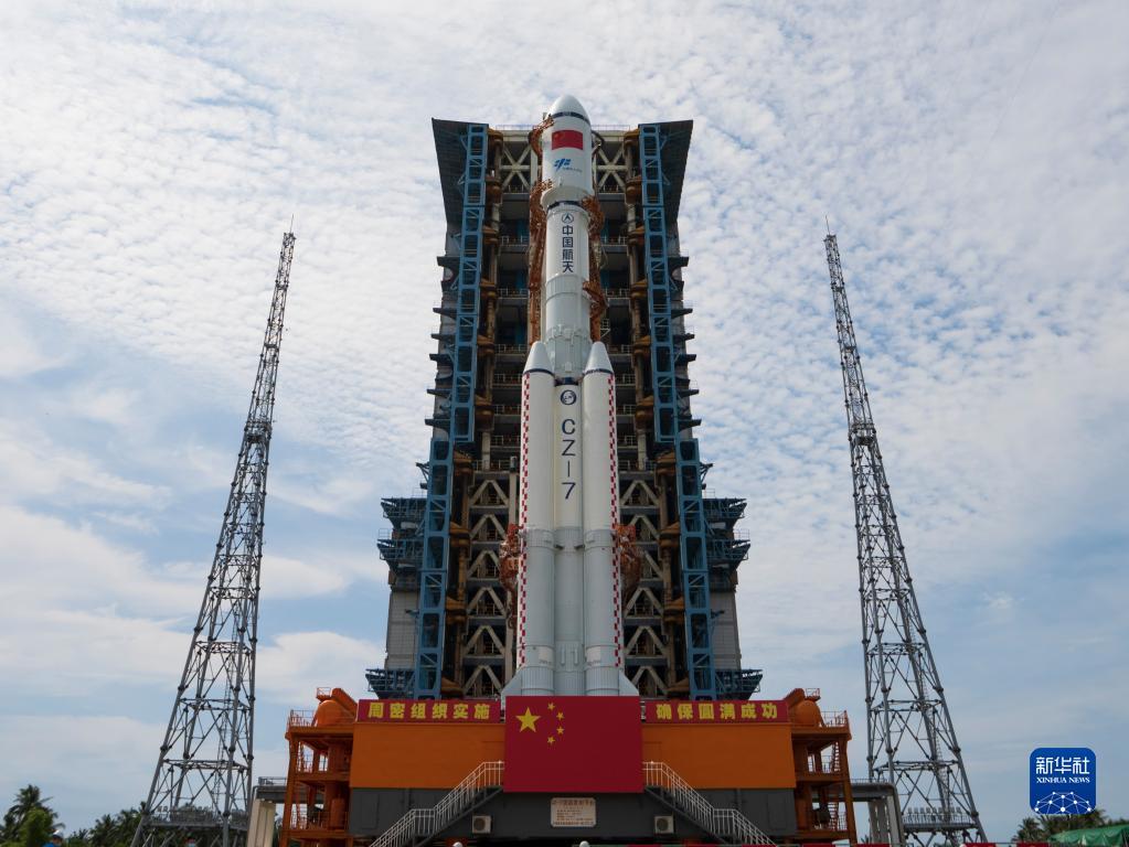 9月16日,天舟三号货运飞船与长征七号遥四运载火箭组合体转运至发射塔架。新华社发(陈昊杰 摄)