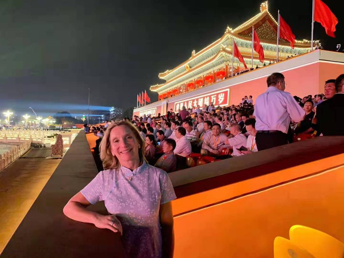 【放烟花作文】外国嘉宾盛赞新中国成立70周年庆祝活动
